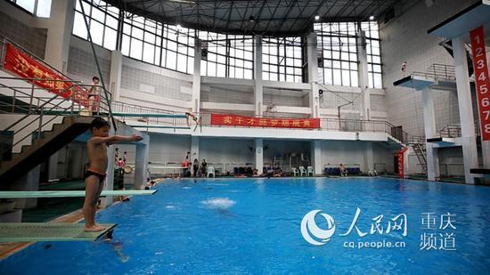 △正在进行跳水训练的孩子