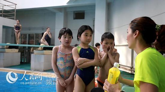 △饶琅正在指导孩子训练