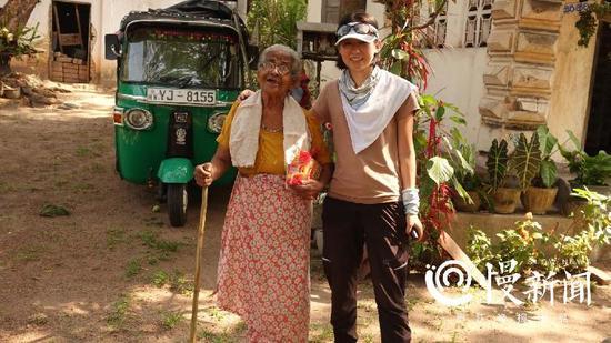 这张在泰国和老奶奶的合影,是小蹇最喜欢的照片之一