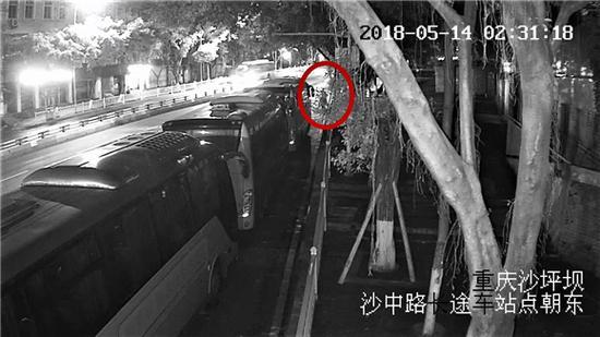 犯罪嫌疑人在重庆大学附近,盗窃摩托车监控视频截图。沙坪坝警方供图