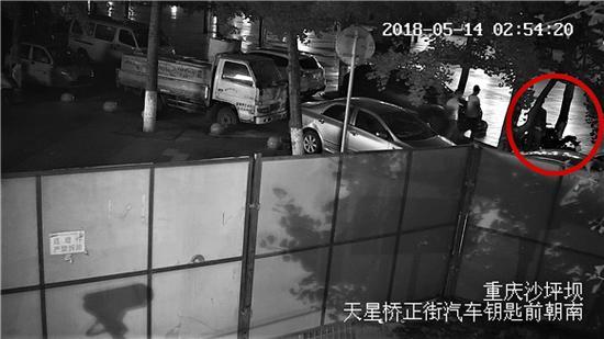 天星桥转盘附近盗窃摩托车时,有路人经过,犯罪嫌疑人仍旧未被发现。沙坪坝警方供图