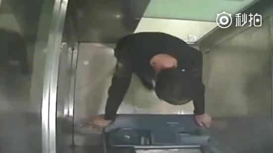 小伙狠砸ATM机。视频截图
