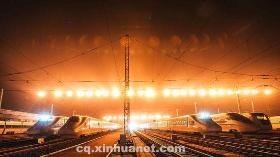 在重庆,整装待发的高铁列车。新华网 李相博 摄