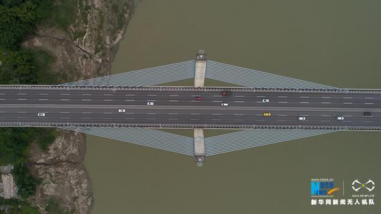 图为无人机航拍重庆悦来嘉陵江大桥局部。新华网发(龚森 摄)