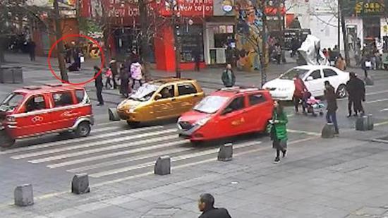监控视频,图中红圈处为老人摔倒的地方。 本文图均为 受访者提供 图