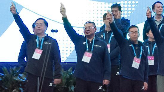 重庆农业投资集团有限公司党委书记、董事长何勇在主席台打响2019重马赛事的发令枪