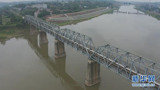 航拍成渝铁路控制性工程沱江大桥。新华网 朱清 摄