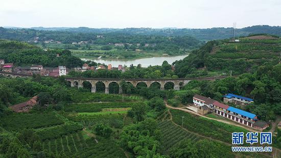 设计成传统圆拱形状的王二溪大桥。新华网 朱清 摄