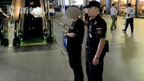 民警随即上前盘查,果然,在他随手拎着的纸袋里,民警有了发现。