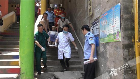 医护人员将老人转移到医院诊治。涪陵消防供图 华龙网发