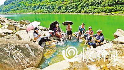 ▲一群游客在温泉中惬意地泡脚