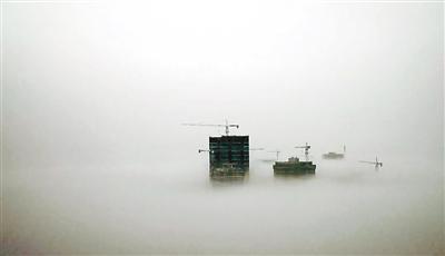 △浓雾中的建筑看上去自有一番独特