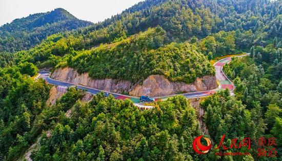 沙坪坝区曾家镇虎峰山,已完成拓宽、油化改造的四级农村公路。何超摄