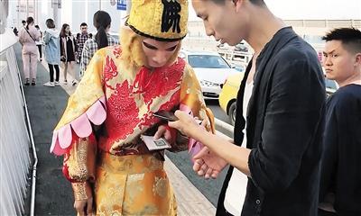 游客用手机扫二维码付钱。