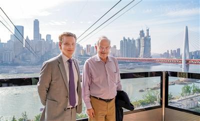 加拿大驻华大使麦家廉(右)和戴杰豪总领事在长江索道拍照留念。 上游新闻记者 刘力 摄影
