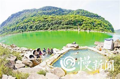 野温泉与江岸、古道融为一体,如同一幅美丽的油画。