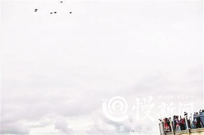 ▲廊桥上的游客观看翼装飞人的表演