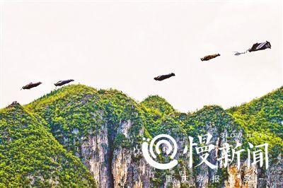 ▼翼装飞人以200公里/小时的速度掠过龙缸上空