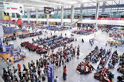 ▲重庆北运用所,工作人员正在对动车组进行检查。 ▶重庆北站候车大厅。 都市传媒记者 甘侠义 摄