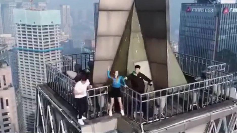三人在大厦天台跳舞。视频截图