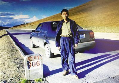 ▲2005年5月,陆彩平自驾中国青海。 2013年10月,稻城亚丁留影。 受访者供图