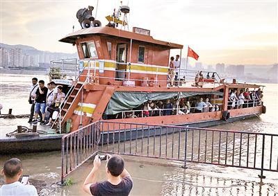 ▲渡船靠岸居民拿起手机兴奋地拍起来