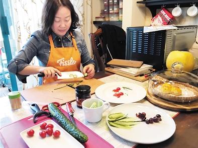 昨日,刘俊麟的妈妈展示了她制作爱心早餐的全过程。