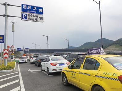 ▲重庆西站停车场入口处,出租车和接送站的社会车辆排起长队。