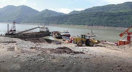 码头上堆放的碎石和作业设备 环保督察组供图