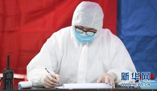 2月3日,在重庆万州区龙驹镇交通检查站,一名医务人员正在进行过往车辆行人信息登记。新华社记者王全超摄