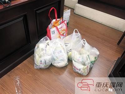 商家提供给法庭的产品证据。 本报记者 张旭 摄