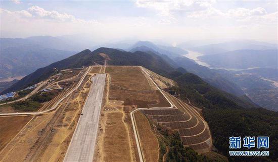正在建设中的巫山神女峰机场。新华网 李相博 摄于2018年