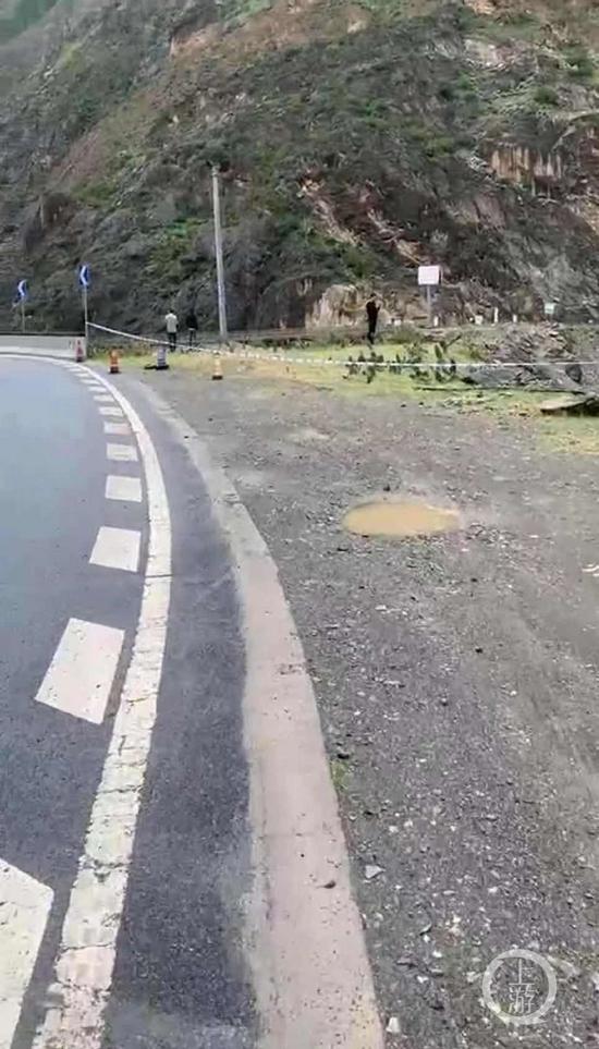 ▲失联者家属陶先生提供的视频显示,车辆疑似坠江点位于一弯道处,弯道临江一侧没有护栏。图片来源/受访者供图