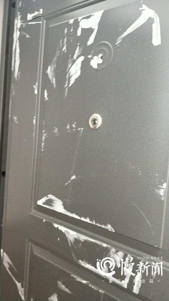 房门被泼白色涂料