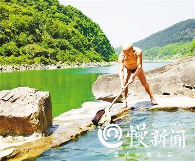 70岁的蒋庭明正在义务清洁野温泉