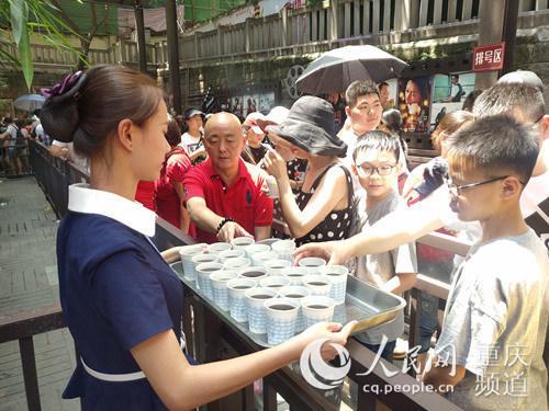 冰饮为游客解暑气。重庆长江索道景区供图