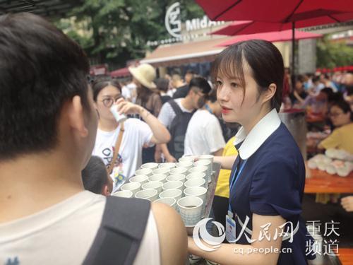 景区工作人员派赠冰饮。重庆长江索道景区供图
