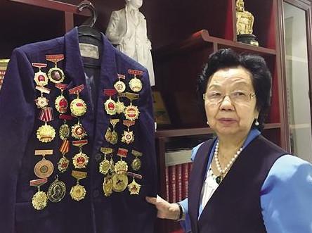 蒲大珍在展示她获得的各种勋章 记者 韩政 摄