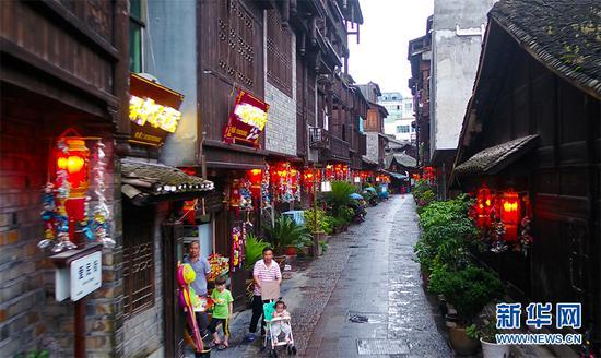 秀山西街的的里弄小巷挂满了秀山花灯,装饰着当地居民的生活。新华网 马天龙摄 飞手:向进