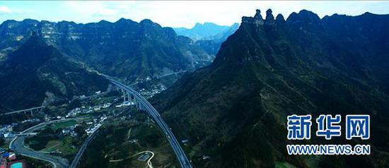 新华网无人机视角下的重庆高速公路。新华网 黄俊辉 摄