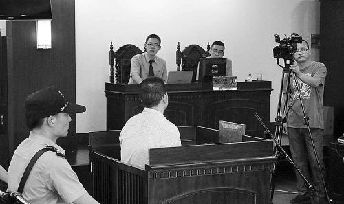 法庭上,公诉人指控犯罪。