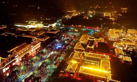 无人机拍摄西安大唐不夜城夜景。新华社记者 刘潇摄