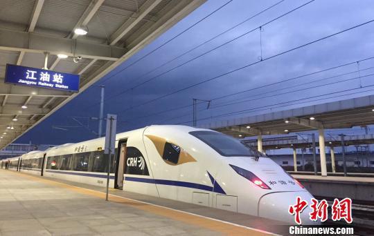 一列西成高铁动车组列车停靠站台。(资料图) 王鹏 摄