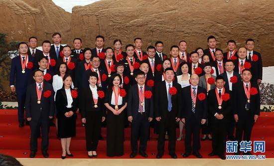 重庆市抗疫全国先进集体代表和先进个人合影。新华网 马天龙 摄