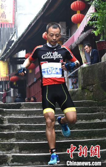 图为选手在古镇中参加8公里越野跑。 周毅 摄