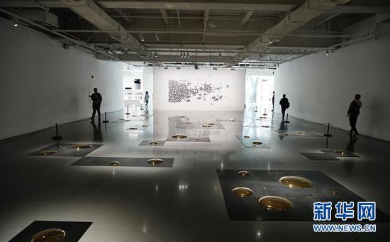 """图为""""临界""""艺术展上展出的刘建华的作品《方》。新华网 韩梦霖 摄"""