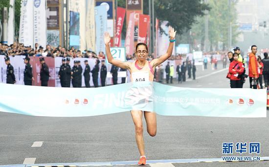 摩洛哥选手以01:12:55破赛会纪录的成绩拿下本届重庆女子半马的冠军。新华网 张免摄