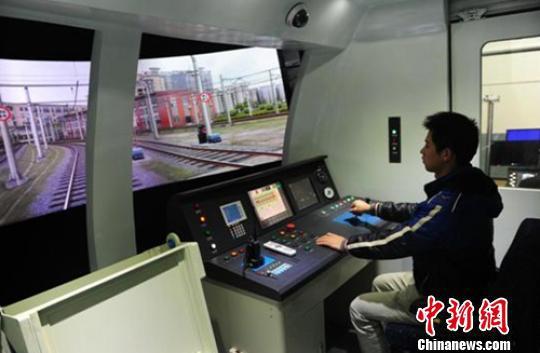 图为重庆公共运输职业学院学生在实训室学习城市列车操作。校方供图