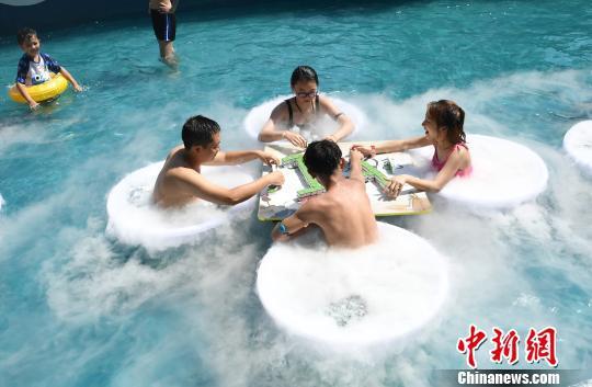 图为市民在水中玩麻将。 陈超 摄