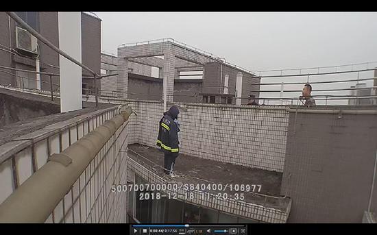 民警和消防队员正在劝小佳。